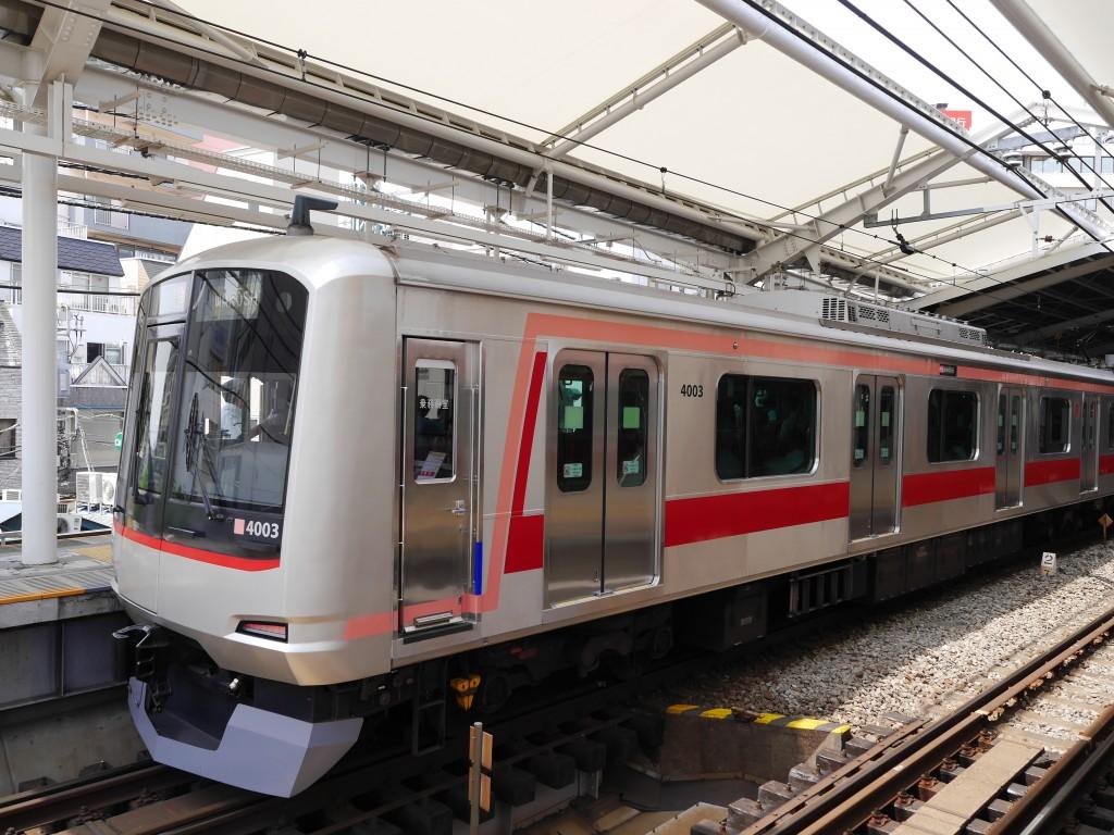 現在の東急東横線の車両だにゃん。