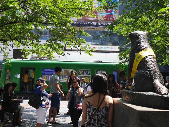 渋谷駅ハチ公前広場の、青ガエル観光案内所と忠犬ハチ公像。