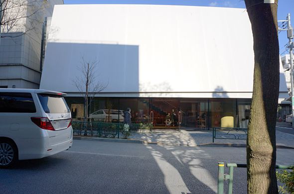 ミュウミュウ 青山店をみゆき通りの反対側から見ると、こんな感じ。看板がないため一瞬何の店舗かわからない、異色な建物。