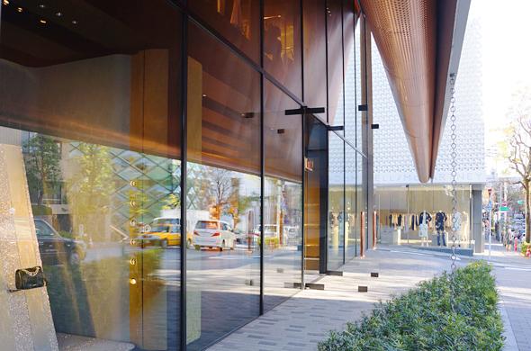 ミュウミュウ 青山店の入り口と軒下。軒下裏側がガラスに反射していて美しい。