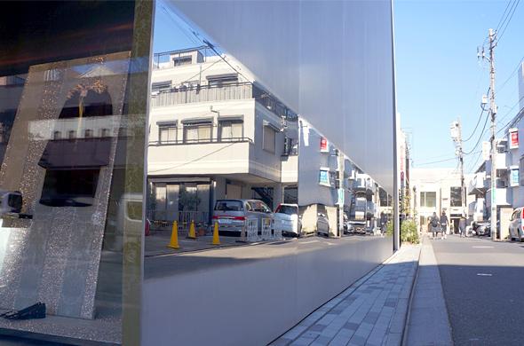 ステンレス板の一部が鏡面に仕上げられ、歩行者の姿を反射させる粋な仕掛け。