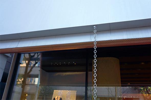 珍しいデザインのレインチェーン。この建物には樋がない。