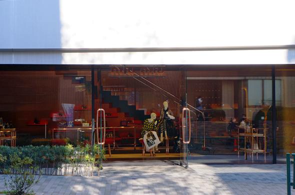 実に自然な入り口でお客様を迎える、ミュウミュウ。梁形を見せるような意匠は是非、ご自身で内部に入り堪能して欲しい。